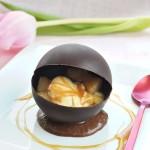 Sphère au chocolat noir, coeur de poires au caramel